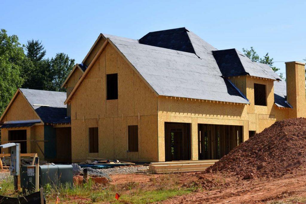 Na czym nie warto oszczędzać przy budowie dachu?