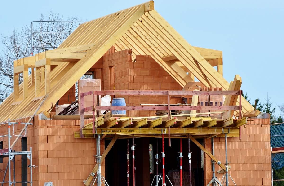 Na czym można oszczędzić przy budowie dachu?